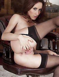 Sophia Smith fucks her aroused pussy on top of the table